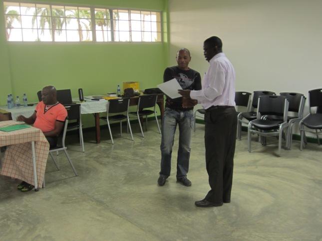 Minister Stanley Betterson reikt het eerste certificaat uit aan Adam Matodja van Radio Paakatie
